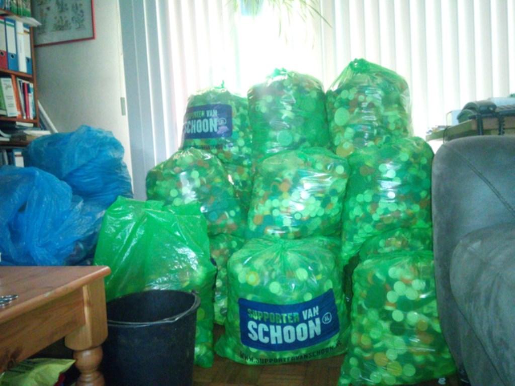 Volle zakken met doppen voor KiKa. Foto: aangeleverd © rodi