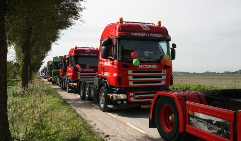 Het ziet er altijd indrukwekkend uit, die lange stoet vrachtwagens.
