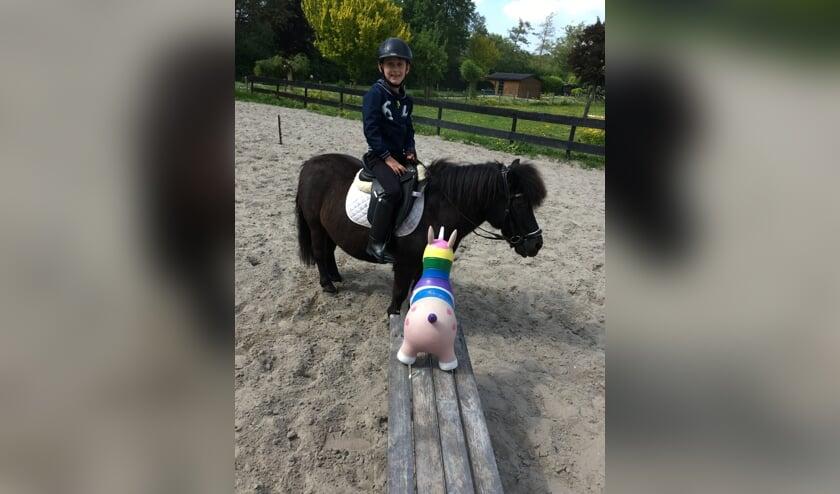 De 7-jarige Pepijn op Blackie is er nu al klaar voor.