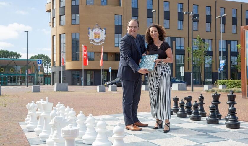 Het Max Euweplein in Beverwijk is officieel geopend door de wethouder Ferraro (links) en Niele.
