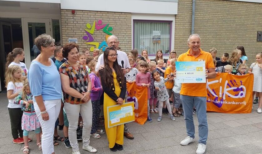 Op de foto: naast de kinderen die hebben meegelopen met de Sponsorloop, v.l.n.r.: Tineke Brasser (organisatie Marquetteloop), Chayenne van Breemen (initiatiefneemster) en Rien Schimmel (KiKa).