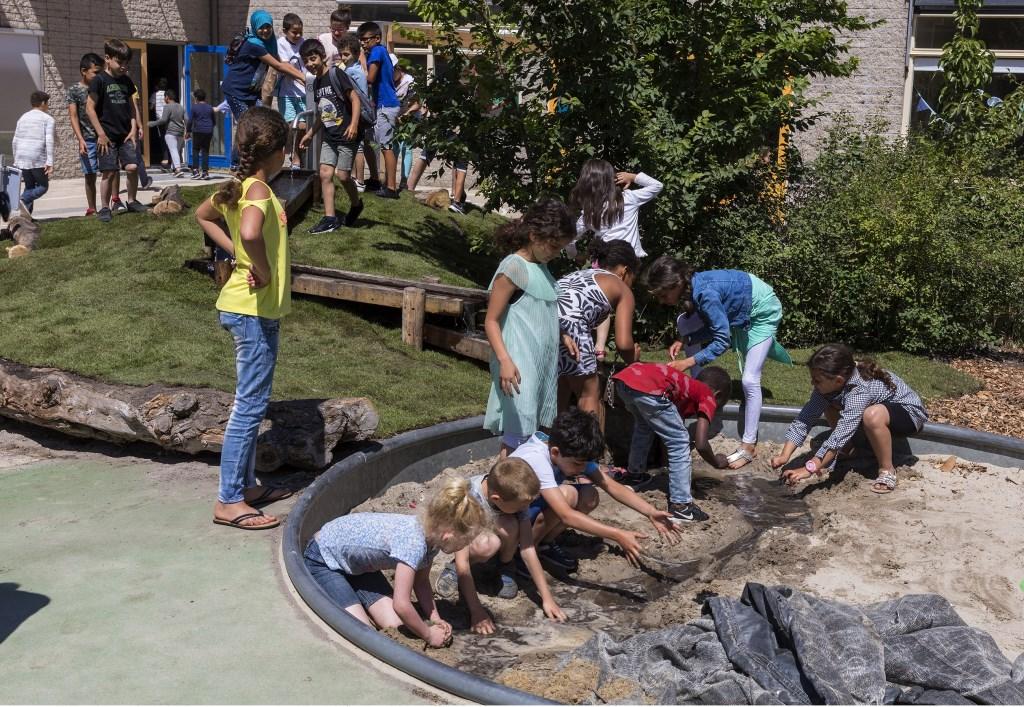 Kinderen graven een rivier in de waterzandbak.  (Foto: Vincent de Vries) © rodi