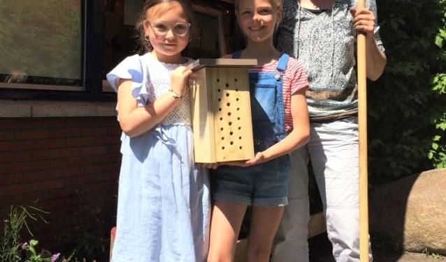 Op basisschool De Kennemerpoort is het bijenhotel enthousiast ontvangen door leerkracht Marianne Ottervanger en de kinderen.
