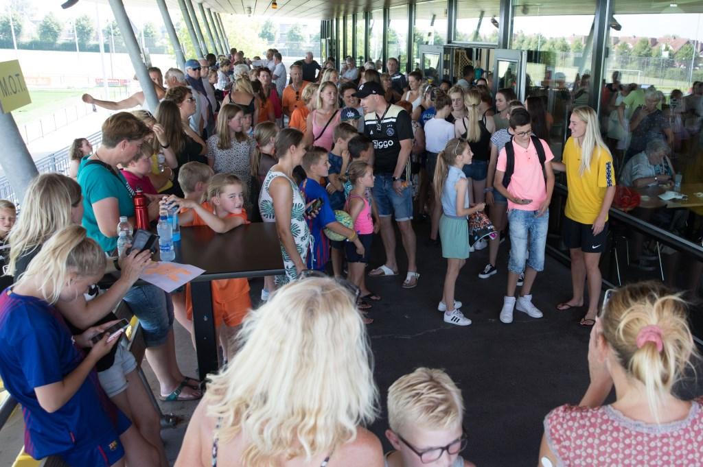 Stefanie van der Gragt ging uitgebreid in gesprek met de massaal toegestroomde fans. (Foto: Vincent de Vries) © rodi