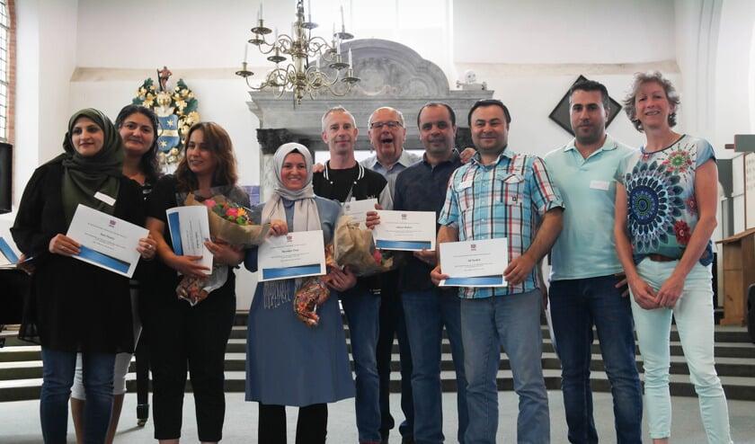 De certificaten voor een jaar lang Nederlands leren is uitgereikt.