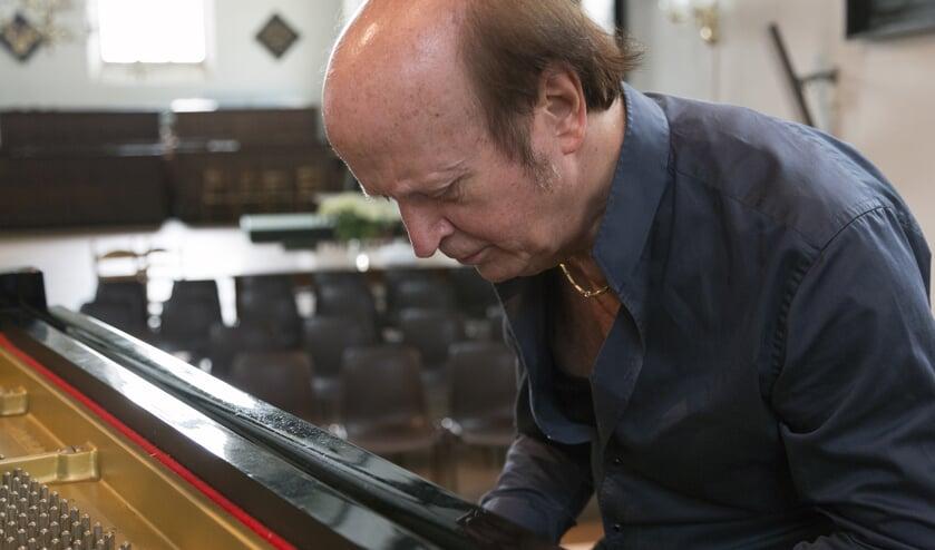 Pianist René van Sluis aan het werk.