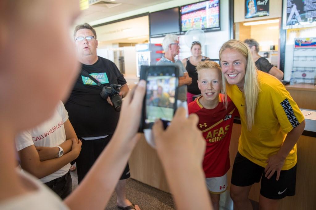 Natuurlijk mochten jonge voetbalfans ook even op de foto met hun Oranjeheldin. (Foto: Vincent de Vries) © rodi