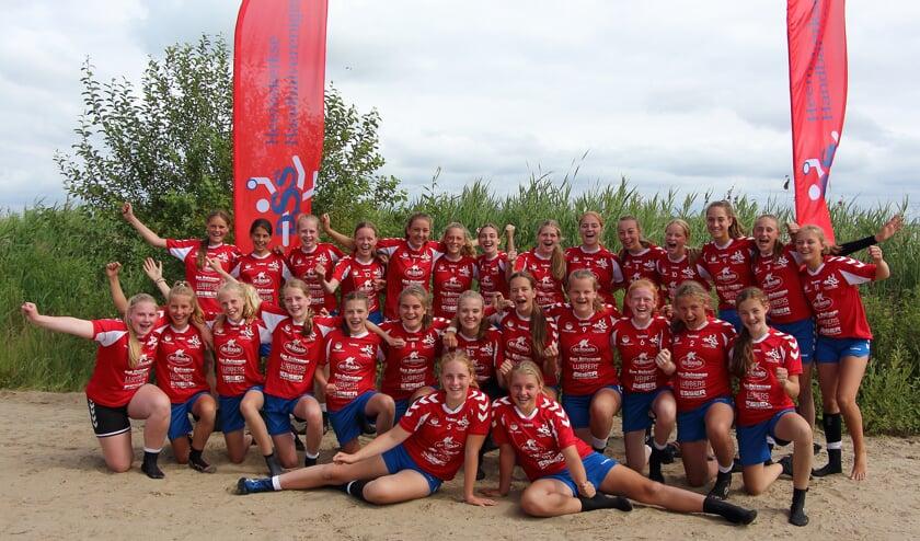 De meiden van DSS doen mee aan het NK beachhandbal.