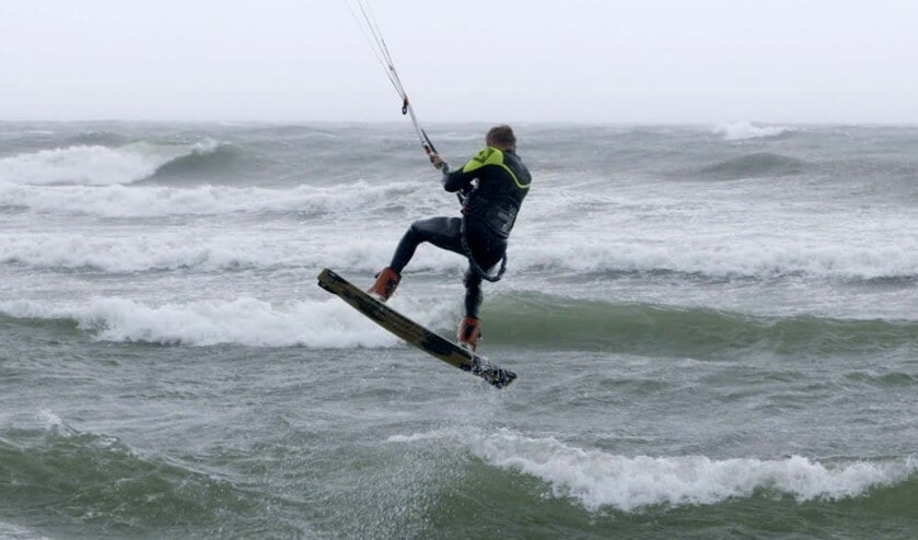 Altijd al een keer willen kitesurfen? Dat kan tijdens de Waterweken bij het strand van Schellinkhout.