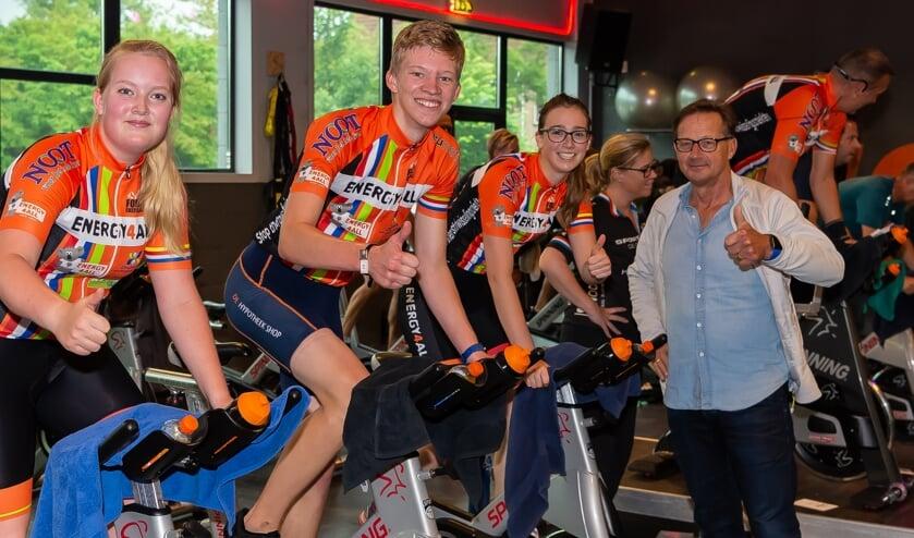 Op de fiets bij Sporting de Gors de leerlingen Jildou, Perre en Mila. Rechts docent BSM Henk de Koning.