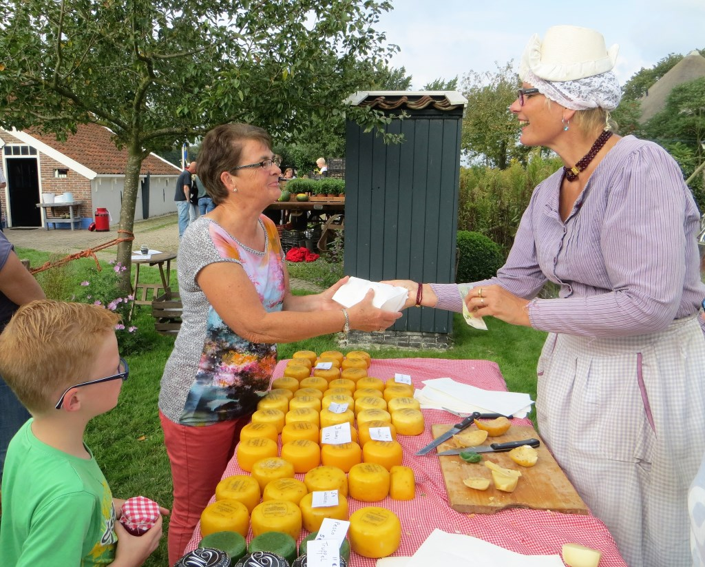 Kaas te koop op de gezond-eten markt bij het Huis van Oud.  © rodi