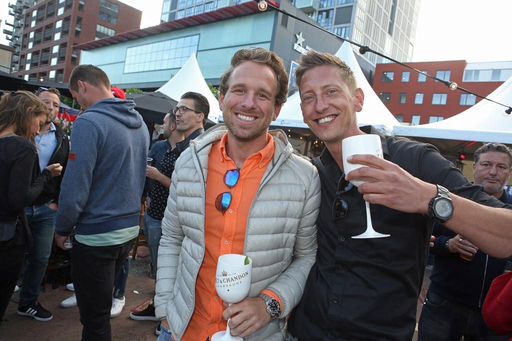 Genieten met vrienden van een vrije zondagmiddag, een hapje en een drankje.  (Foto: Rowin van Diest) © rodi