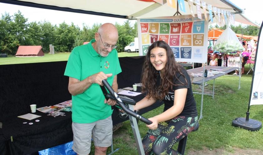 In de stand van Langedijk4Global Goals konden bezoekers deelnemen aan een virtuele fietstocht.