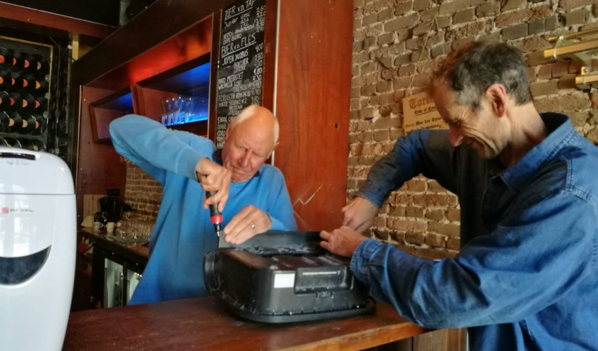 Bij het Repair Café kun je je kapotte spullen laten repareren.