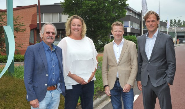 vlnr: Kees van Waaijen wethouder, Krista Steding, adviseur werkgeversdiensten gemeente Wormerland, Thijs van Baar, voorzitter van BVW en Timo de Regt, voorzitter 't Lokaal.