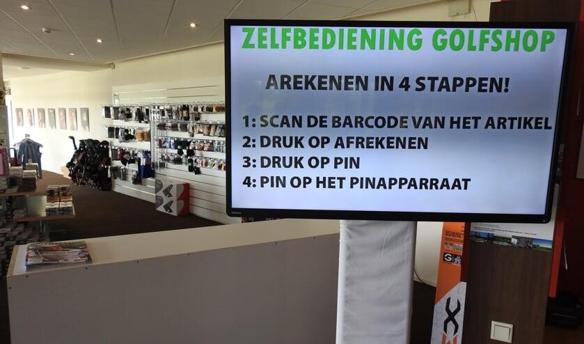 De shop van Rob Roest in het clubhuis van de Heemskerkse: zelfbediening!