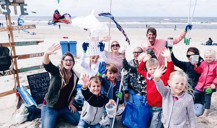 Kinderen en hun ouders verzamelen spelenderwijs zwerfafval op de Noord-Hollandse stranden.