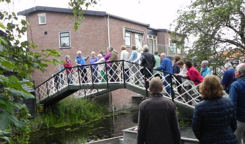 Wandel mee over de karakteristieke bruggetjes van Noord-Scharwoude.