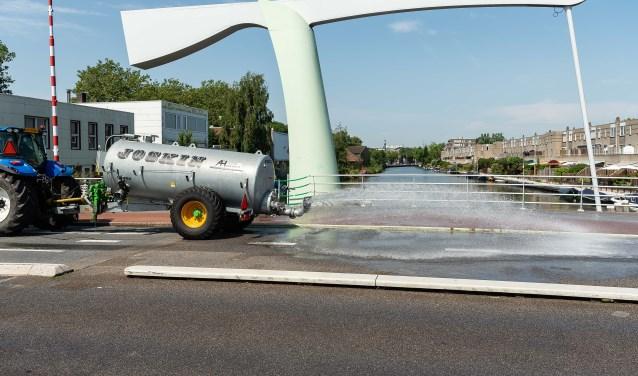 Ook de Kooimanbrug wordt dagelijks meerdere keren besproeid.