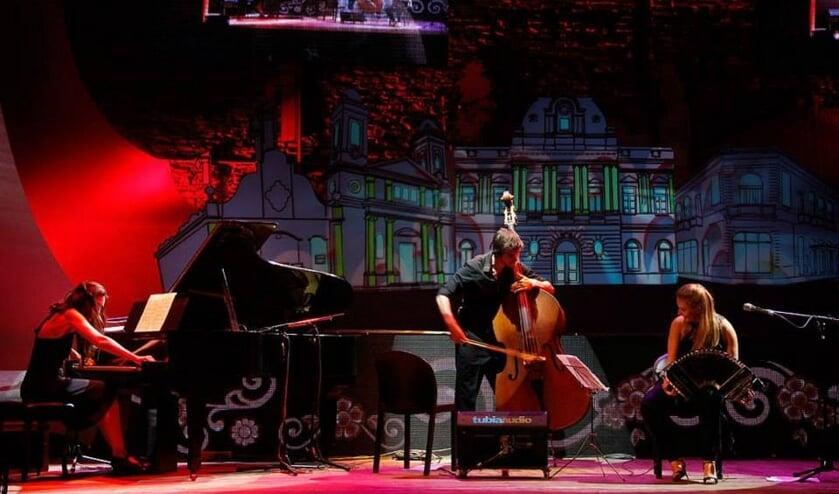 Het Roffa Tango Trio uit Rotterdam staat op het podium op de C.F. Zeilerboulevard.
