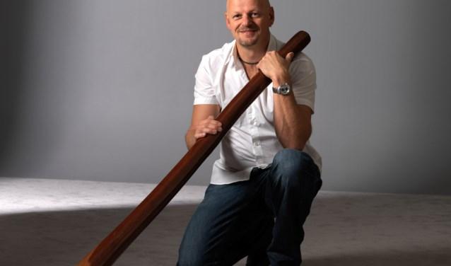 Niels de Lang met een didgeridoo.