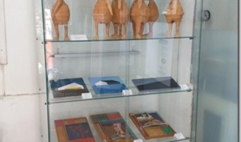 In de hal van de expositieruimte in De Boterhal staat een vitrine waarin werk wordt getoond van leden van Kunstenaarsvereniging Hoorn en omstreken.