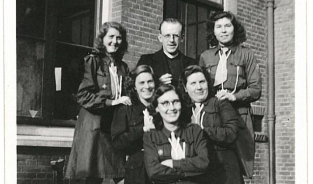 De kapelaan en de (scouting)meisjes.