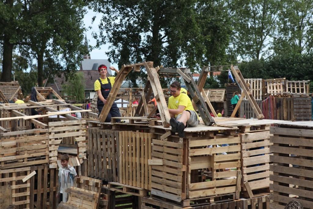 De kinderen beleven veel plezier aan creëren van hun 'woning'.  © rodi