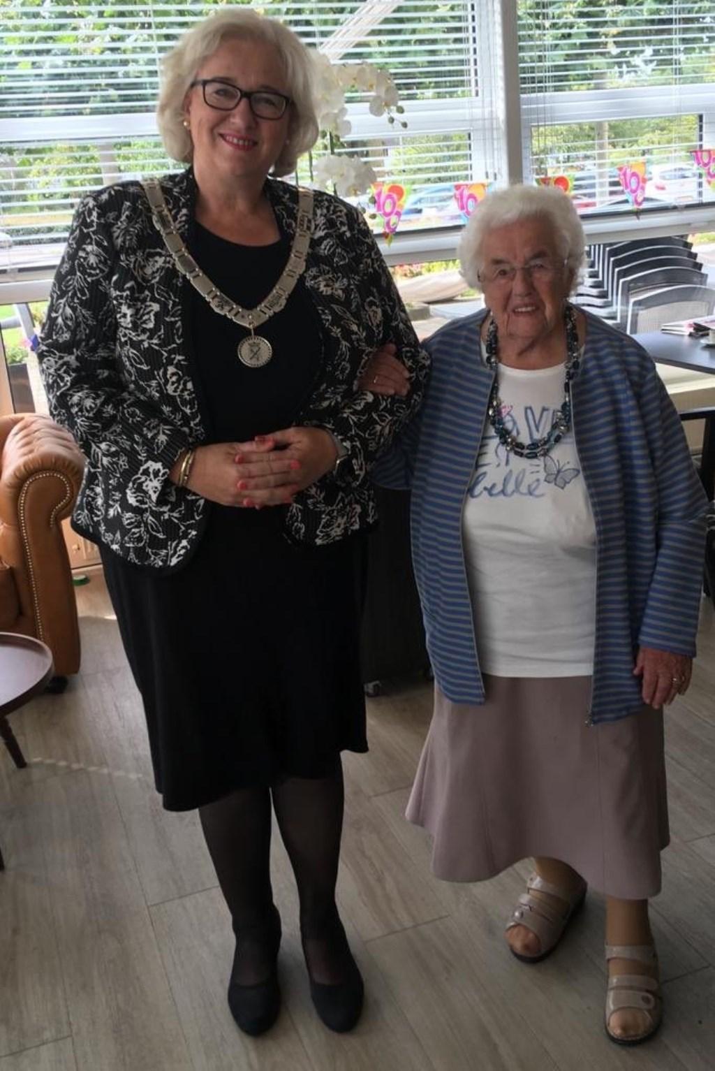 Burgemeester Marianne Schuurmans en de jarige mevrouw Struik-Goudriaan.  (Foto: Twitter: @marianneschuurm) © rodi