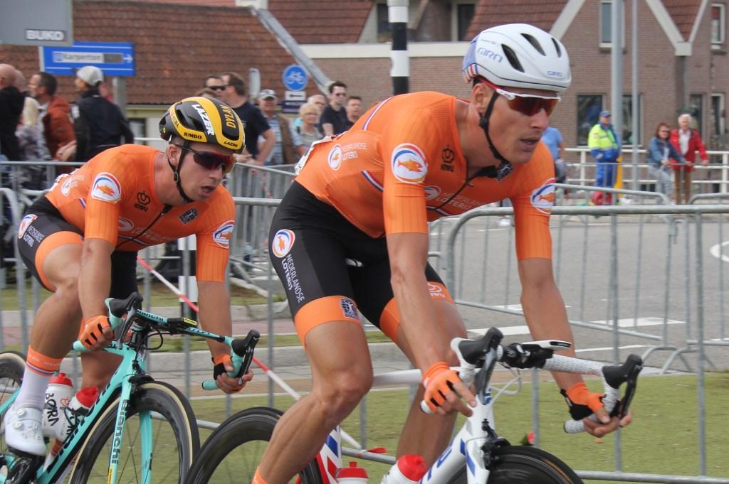 Dylan van Baarle (r) breekt de wind voor zijn team- en naamgenoot bij Oranje, sprinter Dylan Groenewegen. (Foto: Frits van Eck) © rodi