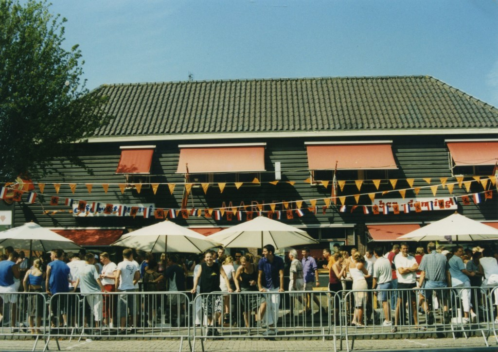 Gezelligheid kent geen tijd: Tourfeestje bij Marlène. (Foto: Archief Stichting Tour de Waard) © rodi