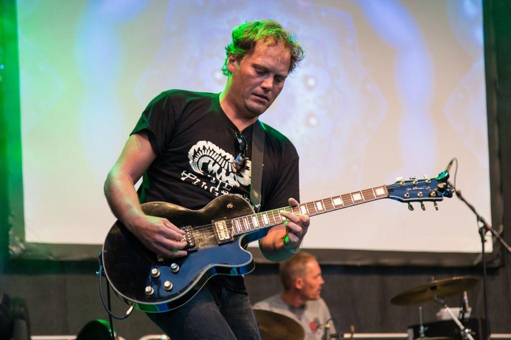 De Zaanse Uitmarkt wordt afgesloten door blues- en rockgitarist Ruben Hoeke en zijn band.  (Foto: Rob Verweij) © rodi