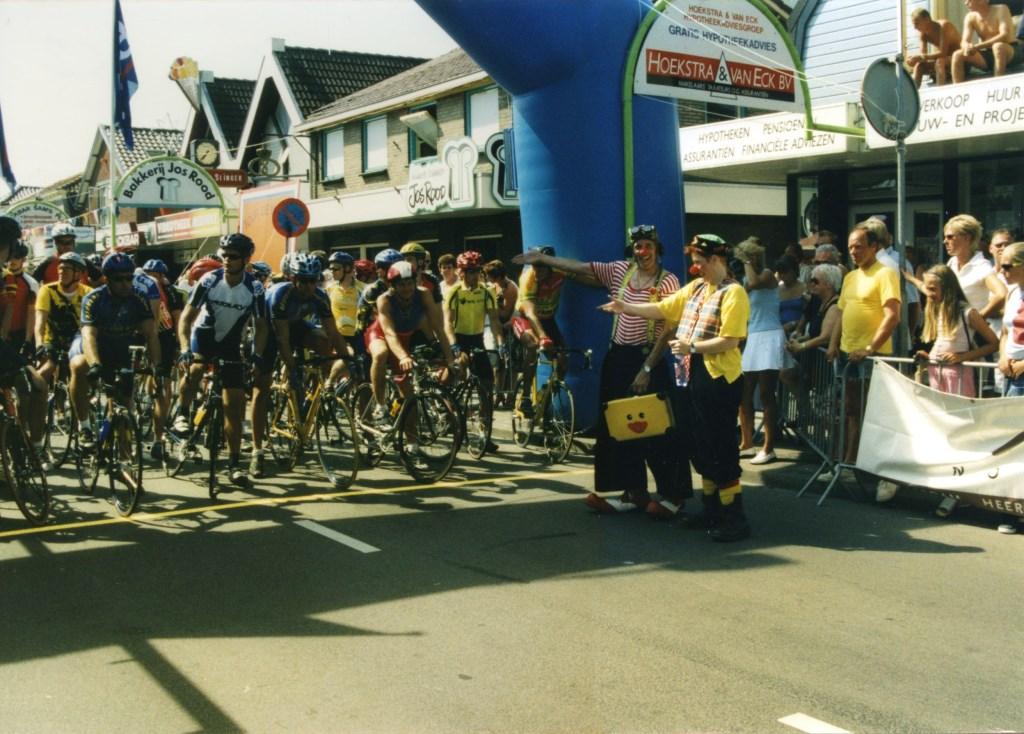 Wijlen clown Soeth (Theo Schilder) vermaakt de renners voorafgaand aan de start. (Foto: Archief Stichting Tour de Waard) © rodi