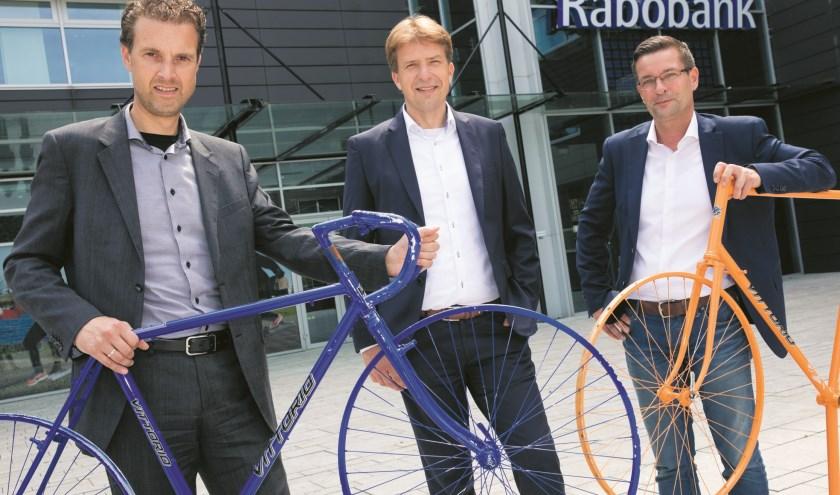 Accountmanager Patrick Leijen en directievoorzitter Ralph van Soomeren van Rabobank Alkmaar en Marc van Vliet, penningmeester van Tour de Waard.