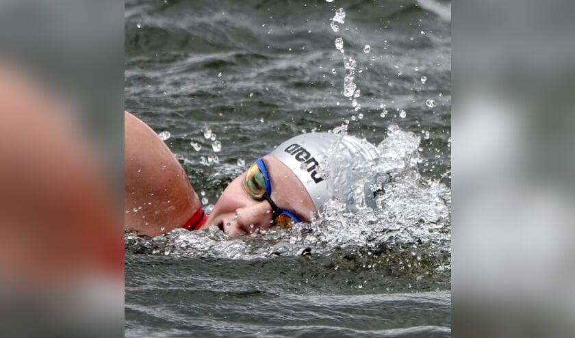 Lisan Steenbakker namens KZC in actie. Zij won zilver op het NK openwaterzwemmen bij de meisjes 12 jaar.