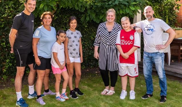 Gezin loopt hard voor gezin. Van links naar rechts Jeroen Arends, Eveline Tijmstra en de kinderen Isabel en Lieke. Daarnaast Michelle, Mads en Oscar en Oscar Timmer.