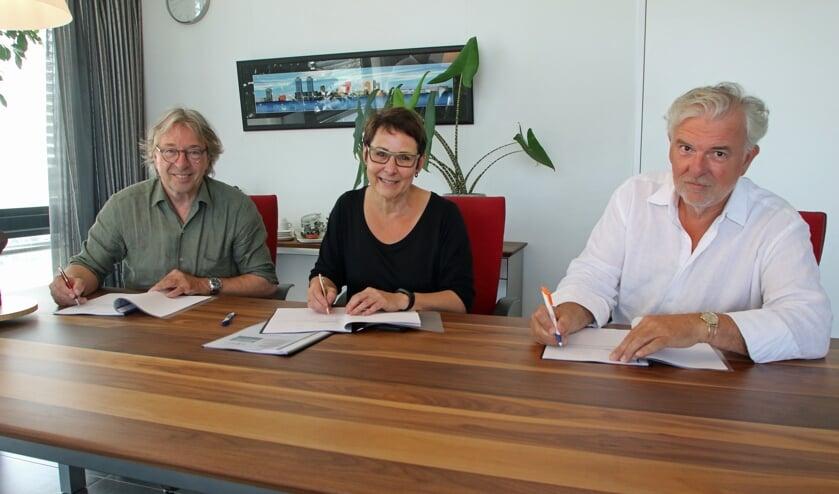 Het huurcontract werd ondertekend door van links naar rechts Dick Hakkenbroek, Anja Grootoonk (voorzitter Horizon College) en Dries Veen.
