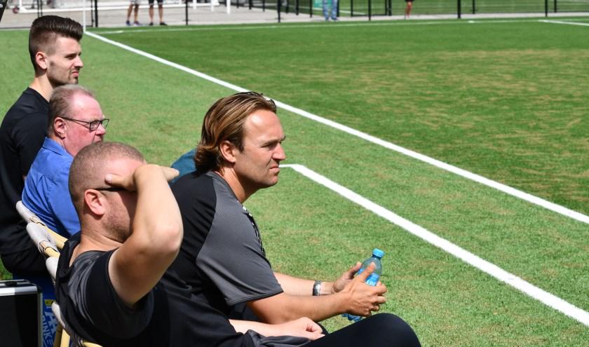 Trainer Arvid Smit en de andere leden van de staf kijken hoe DEM het doet in de bekerontmoeting met Excelsior'31.