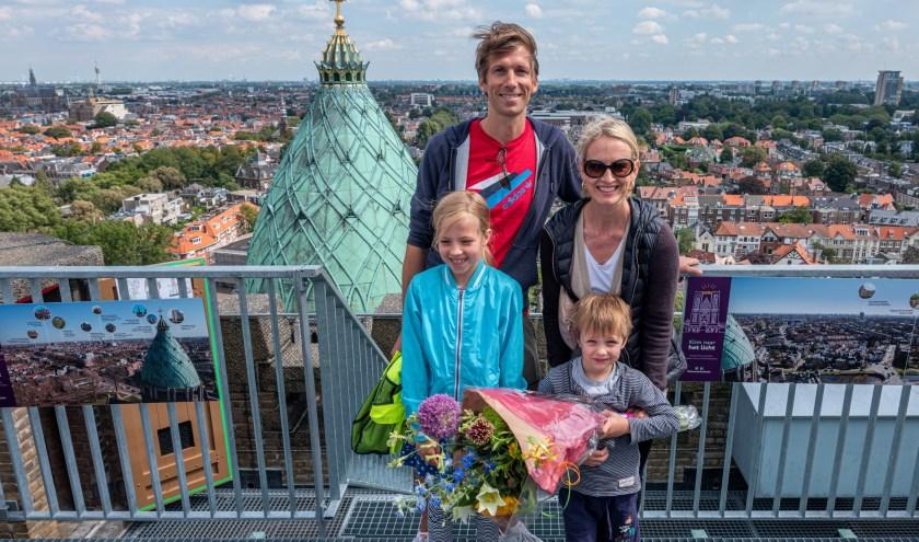 De 50.000ste bezoeker Sara van Schagen met haar partner Sijmen, dochter Valentina en zoon Thomas boven op de KoepelKathedraal.