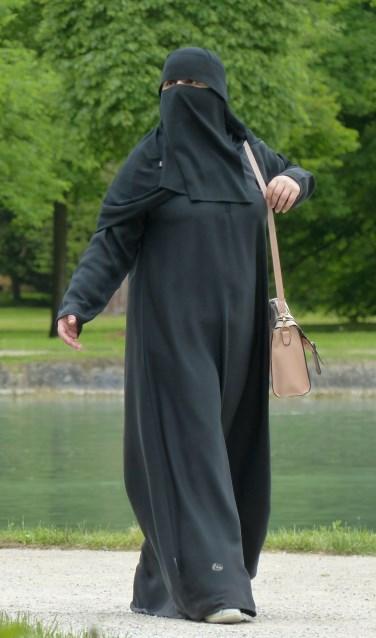 Een vrouw, gehuld in een boerka.