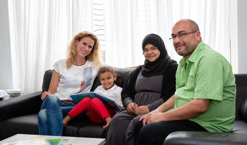 Jenny met het echtpaar Al Rashedi en hun jongste dochter Haidi voor wie het voorleestraject is bedoeld.