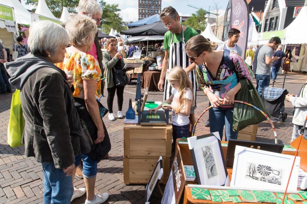 Veel kunst te zien en te koop bij de diverse stands. (Foto: Rob Verweij) © rodi