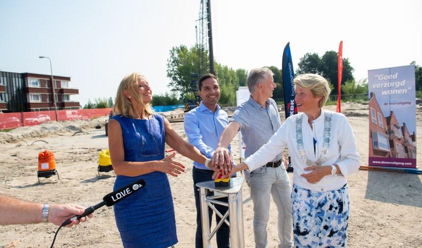 Druk op de knop van Monique Cremers van De Zorgcirkel, Stefan van Schaik, Fred de Boer en burgemeester Lieke Sievers.