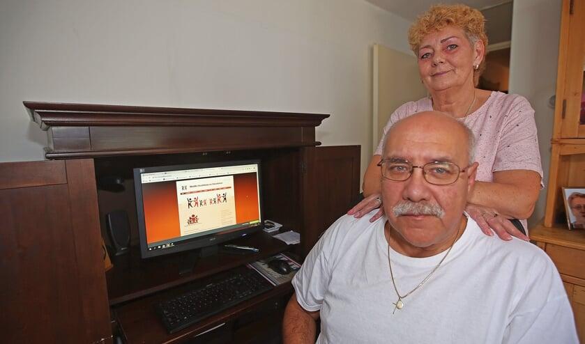 Theo Tielman en zijn vrouw achter de computer die de website van Minima Hoofddorp en Omstreken toont.