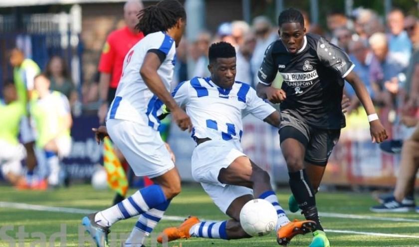 Ritchie Owusu ((geheel rechts) probeert twee Lienden-spelers achter zich te laten.