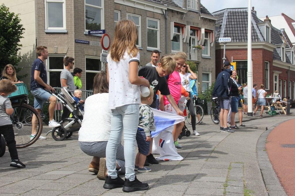 Supporters langs de weg zijn vol verwachting. (Foto: Frits van Eck) © rodi