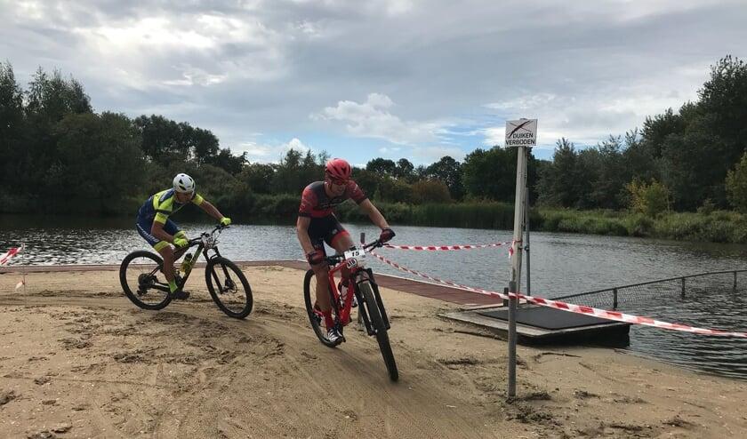 Renners racen door het strand van natuurzwembad 't Petje
