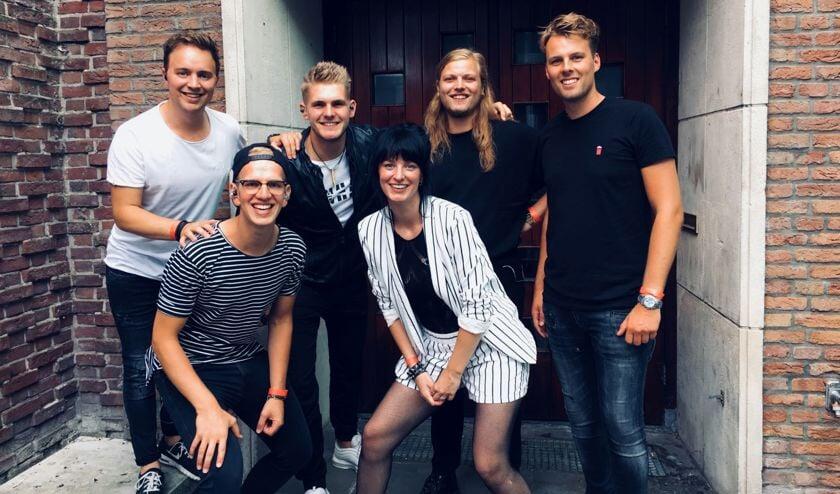 De coverband 8-PM is dit jaar de muzikale sfeermaker van het Wrakhoutfestival Camperduin.