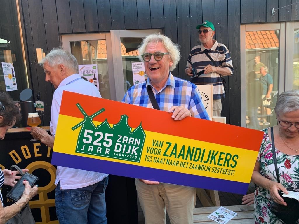 Voorzitter Jan Duyves van 525 jaar Zaandijk is blij met de steun voor het aanstaande feest. (Foto: Yvette van der Does) © rodi