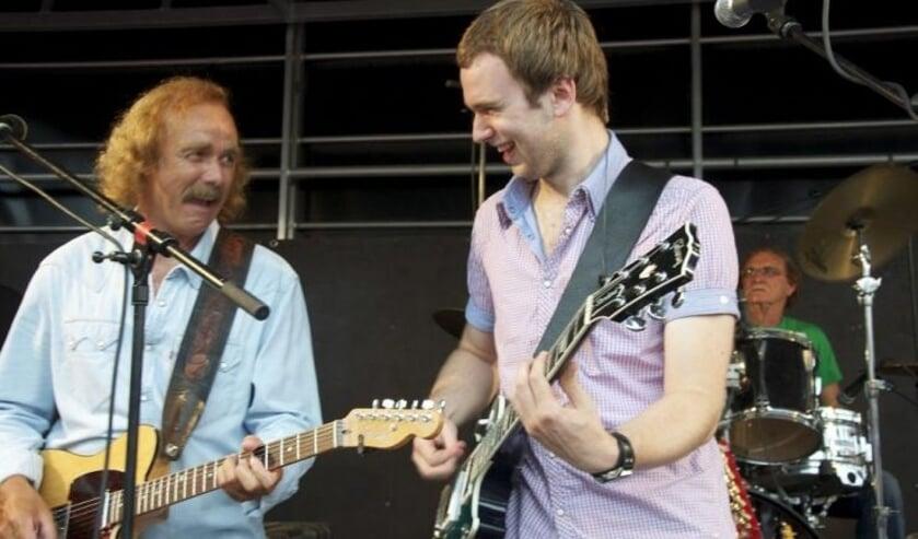 Vader en zoon Clemens Wenners laten hun plezier in het muziek maken zien aan hun publiek.